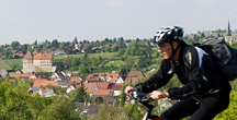 Radfahrer vor der Kulisse von Talheim