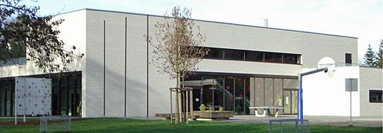 Schule mit Pausenhof