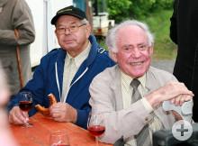 Zwei Senioren bei einem Gläsle Wein